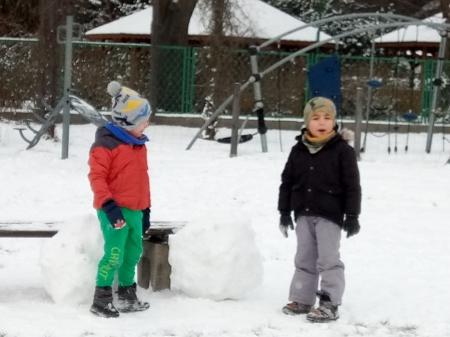 Wesołe zabawy na śniegu - dzieci z grupy Żabek i Motylków
