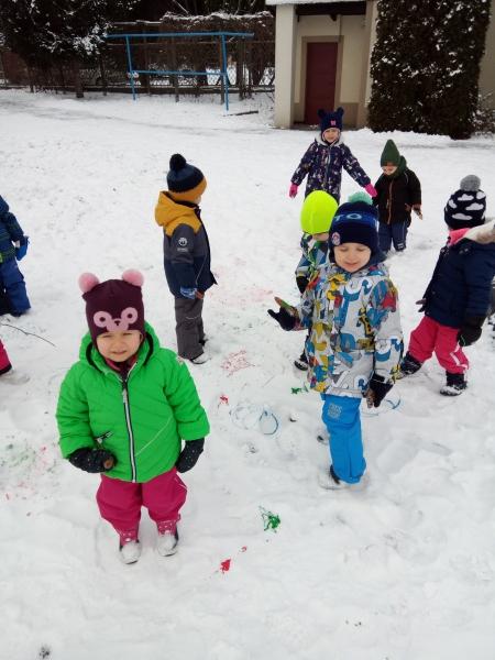 Wesołe zabawy na śniegu - dzieci z grupy Delfinków