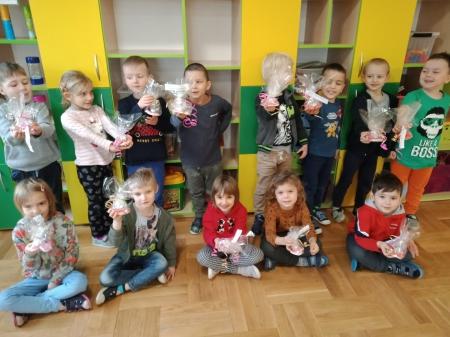 Dzieci z grupy pięciolatków wykonały prezenty dla Babci i Dziadka.