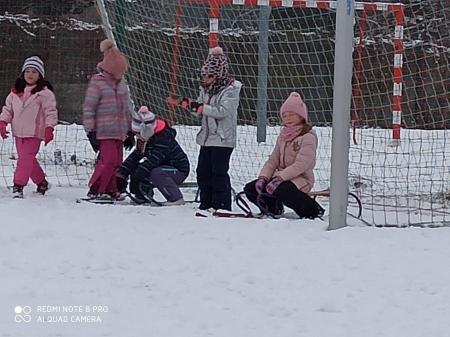 Zimowe zabawy na śniegu- dzieci z grypy Sów
