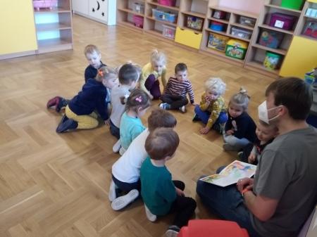 Tata Mikołaja czytał dzieciom książkę